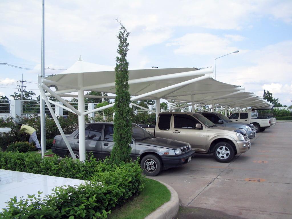 Bạt căng khách sạn tại khu vực bãi xe.